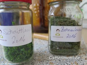 getrocknete Kräuter im Glas mit Gartenmoni Klebe-Etikett