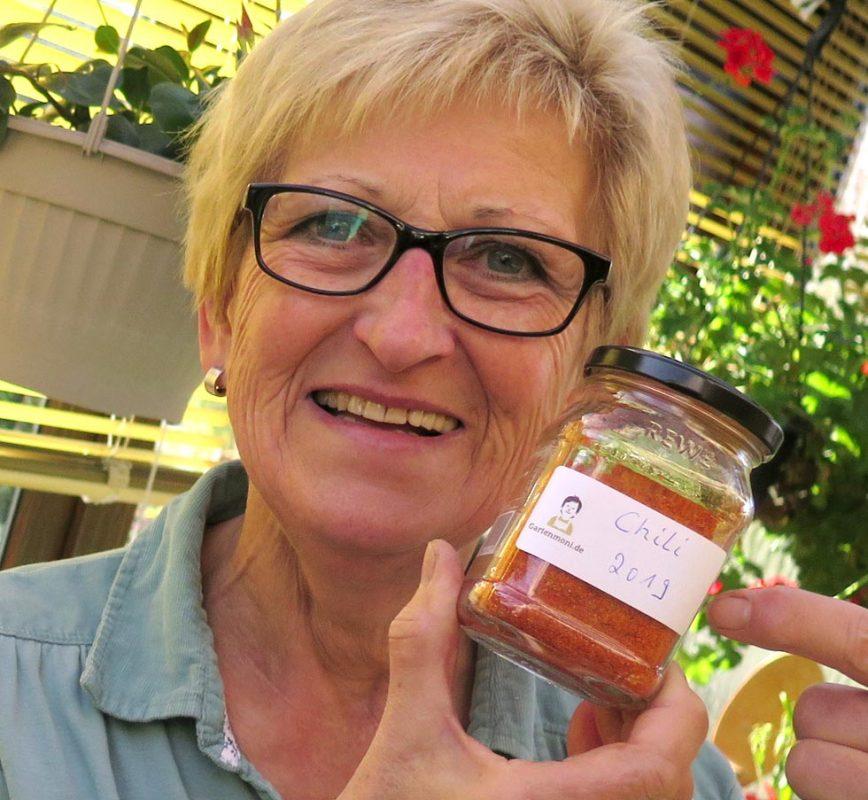 Glas mit selbstgemachtem Chilipulver und Gartenmoni Etikett
