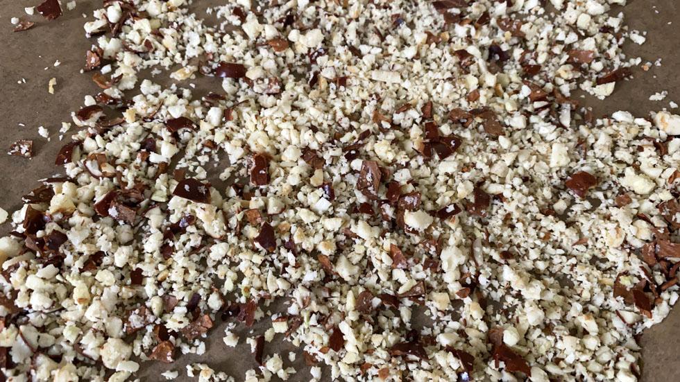 Kastanienpulver zum Trocknen auf Backblech